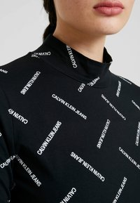 Calvin Klein Jeans - DIAGONAL LOGO MOCK NECK TEE - Top sdlouhým rukávem - black - 5