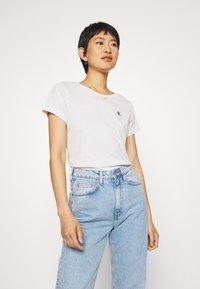 Calvin Klein Jeans - EMBROIDERY SLIM TEE - T-shirt basic - white/grey heather - 0