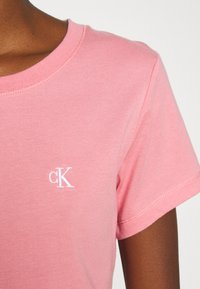 Calvin Klein Jeans - EMBROIDERY SLIM TEE - T-shirt basic - brandied apricot - 5