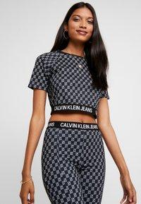 Calvin Klein Jeans - MILANO - T-shirt con stampa - black beauty/bright white aop - 3