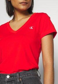 Calvin Klein Jeans - EMBROIDERY V NECK - Jednoduché triko - fiery red - 4