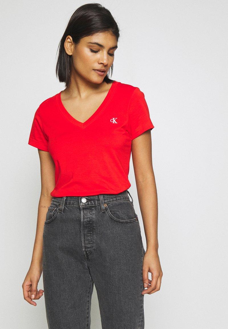 Calvin Klein Jeans - EMBROIDERY V NECK - Jednoduché triko - fiery red