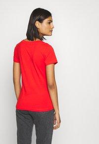 Calvin Klein Jeans - EMBROIDERY V NECK - Jednoduché triko - fiery red - 2
