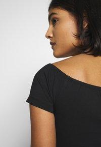 Calvin Klein Jeans - MONOGRAM LOGO BARDOT - T-shirt con stampa - black - 3