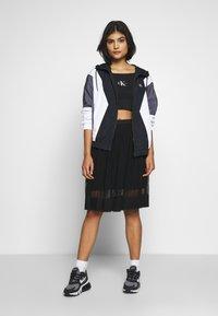 Calvin Klein Jeans - MONOGRAM LOGO BARDOT - T-shirt con stampa - black - 1