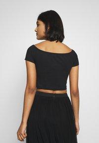 Calvin Klein Jeans - MONOGRAM LOGO BARDOT - T-shirt con stampa - black - 2