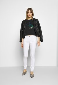 Calvin Klein Jeans - IRIDESCENT STRAIGHT TEE - Triko spotiskem - black - 1