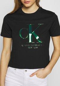 Calvin Klein Jeans - IRIDESCENT STRAIGHT TEE - Triko spotiskem - black - 5