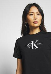 Calvin Klein Jeans - MONOGRAM MODERN STRAIGHT CROP - T-shirt con stampa - black - 3