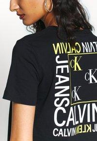 Calvin Klein Jeans - SQUARE GRAPHIC STRAIGHT TEE - Printtipaita - black - 5
