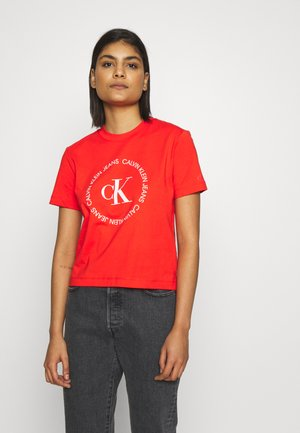 ROUND LOGO STRAIGHT TEE - T-shirts med print - fiery red