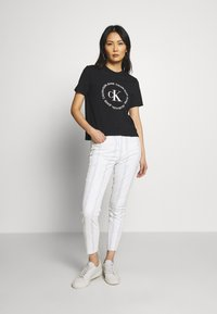 Calvin Klein Jeans - ROUND LOGO STRAIGHT TEE - T-shirt print - black - 1