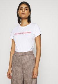 Calvin Klein Jeans - T-shirt imprimé - bright white /fiery red - 0