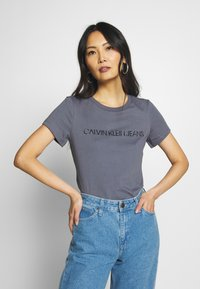 Calvin Klein Jeans - LOGO SLIM FIT TEE - T-shirt imprimé - abstract grey - 0