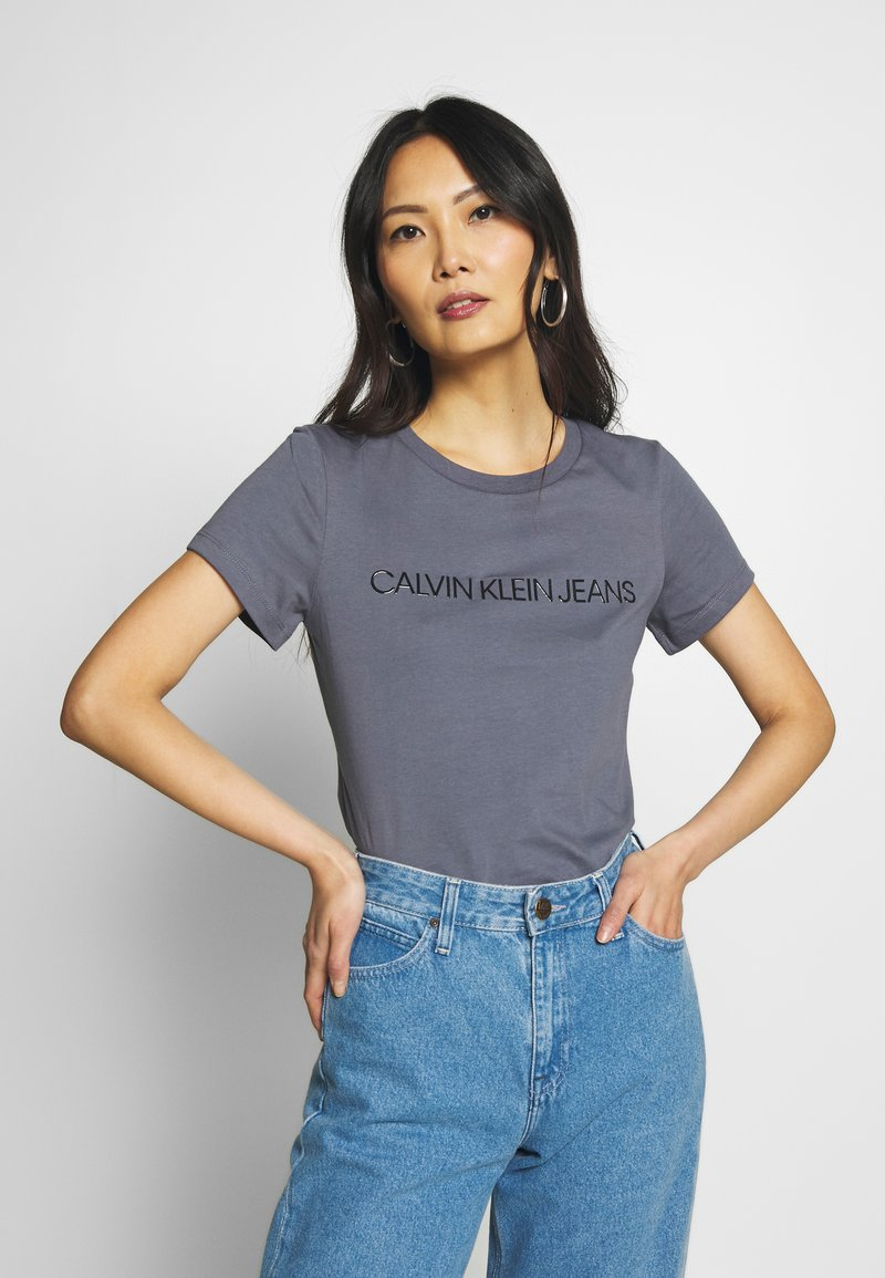 Calvin Klein Jeans - LOGO SLIM FIT TEE - T-shirt imprimé - abstract grey