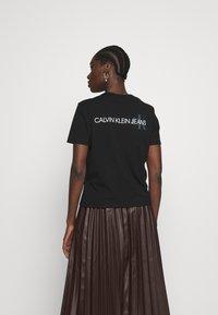 Calvin Klein Jeans - BACK INSTITUTIONAL LOGO SLIM TEE - T-shirt imprimé -  black - 0
