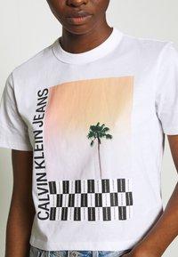 Calvin Klein Jeans - PALM TREE PHOTO LOGO SLIM TEE - Print T-shirt - bright white - 4