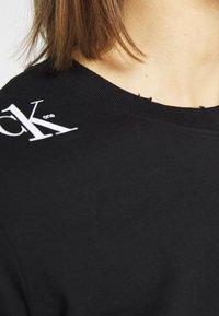Calvin Klein Jeans - CK ONE ROSE LOGO MODERN STRAIGHT - Long sleeved top - black beauty - 6