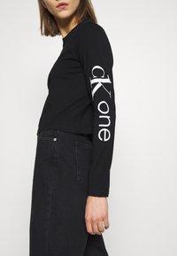 Calvin Klein Jeans - CK ONE ROSE LOGO MODERN STRAIGHT - Long sleeved top - black beauty - 3