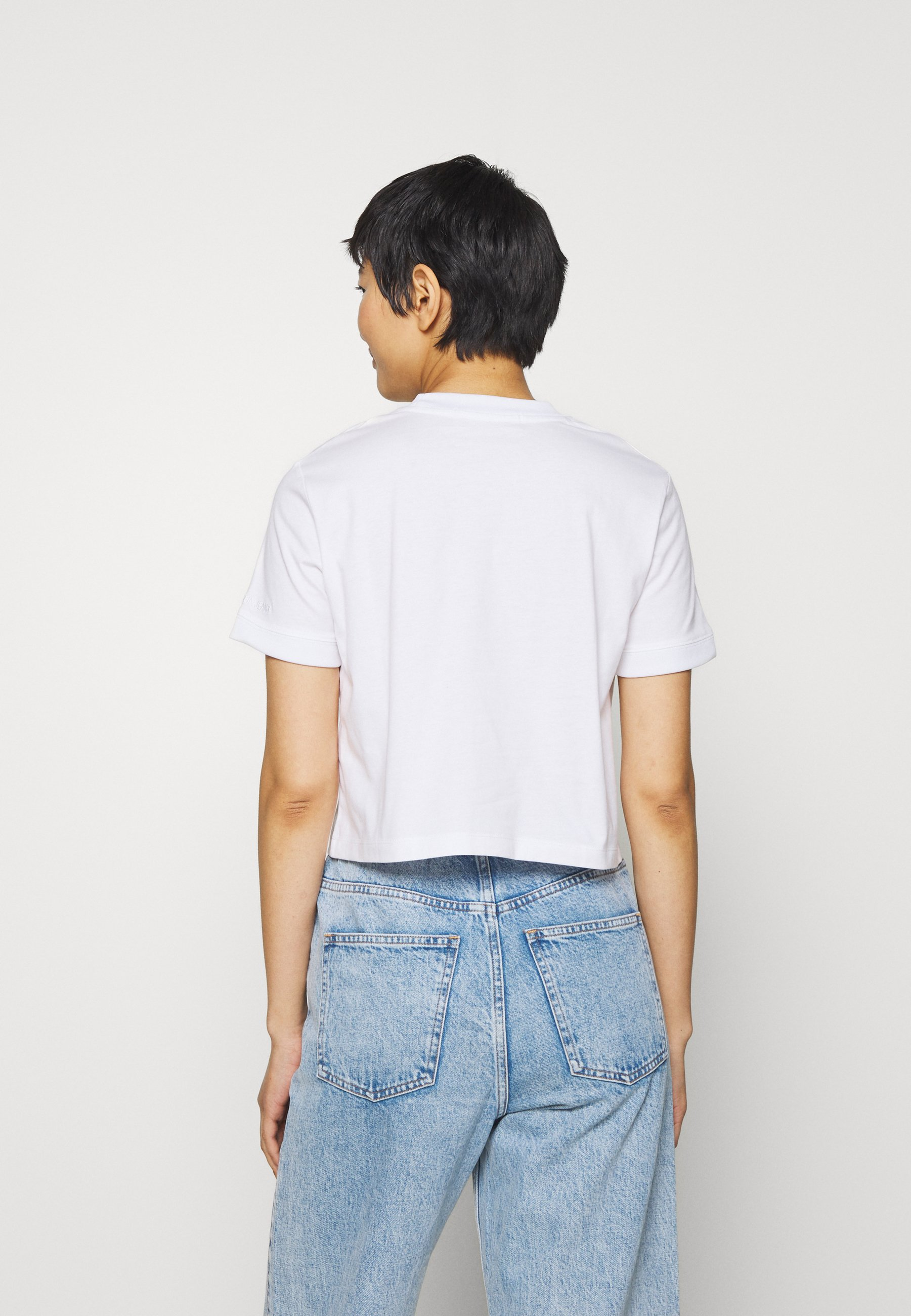 Calvin Klein Jeans BADGE CROPPED TEE - T-shirt z nadrukiem - bright white