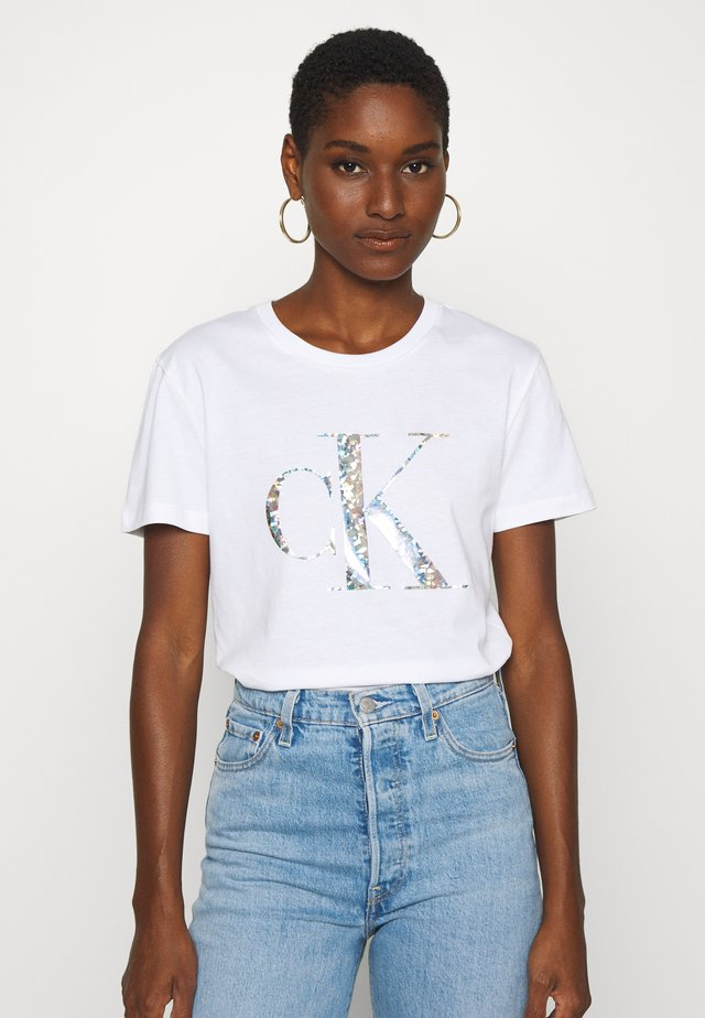 IRIDESCENT METALLIC LOGO TEE - T-shirt z nadrukiem - bright white