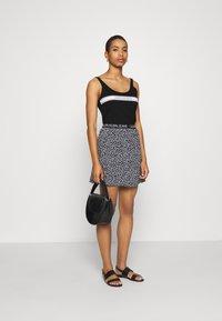 Calvin Klein Jeans - STRIPE LOGO SCOOP NECK TANK - Top - black - 1