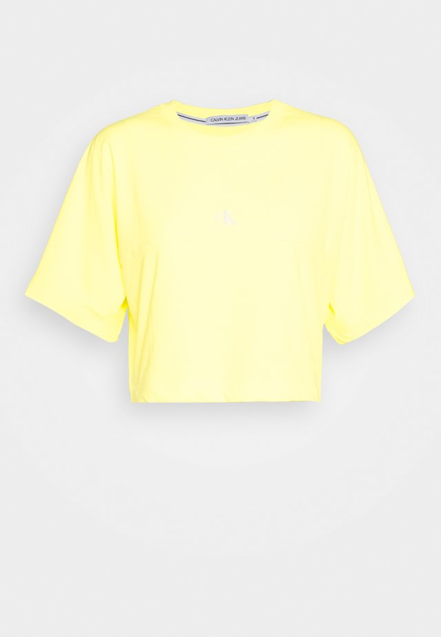 PUFF PRINT BACK LOGO - T-shirt imprimé - safety yellow