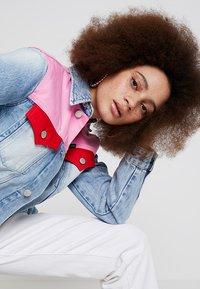 Calvin Klein Jeans - FOUNDATION TRUCKER - Veste en jean - mohonk light pink blocked - 3
