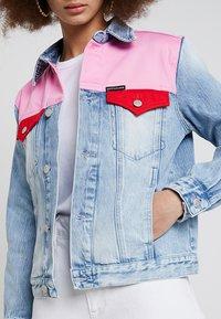 Calvin Klein Jeans - FOUNDATION TRUCKER - Veste en jean - mohonk light pink blocked - 5