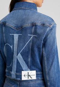 Calvin Klein Jeans - CROPPED FOUNDATION TRUCKER - Jeansjacke - iconic mid stone - 4