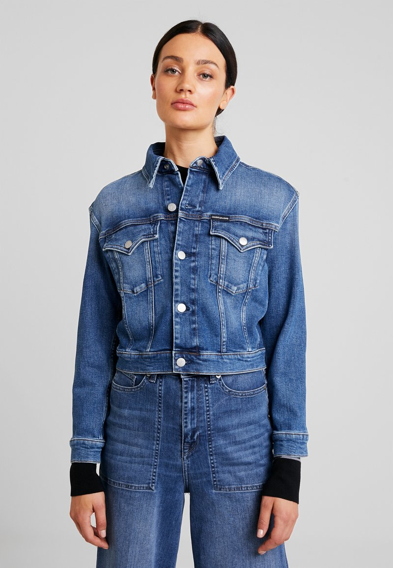 Calvin Klein Jeans - CROPPED FOUNDATION TRUCKER - Denim jacket - iconic mid stone