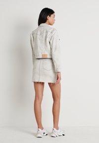 Calvin Klein Jeans - CROPPED FOUNDATION TRUCKER - Jeansjakke - bleach grey - 2
