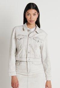 Calvin Klein Jeans - CROPPED FOUNDATION TRUCKER - Jeansjakke - bleach grey - 0