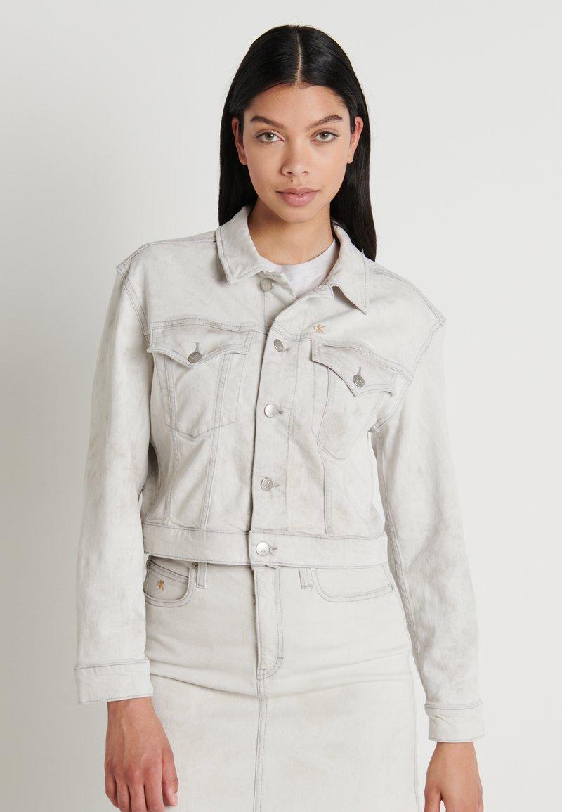Calvin Klein Jeans - CROPPED FOUNDATION TRUCKER - Jeansjakke - bleach grey