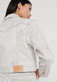 Calvin Klein Jeans - CROPPED FOUNDATION TRUCKER - Jeansjakke - bleach grey - 3