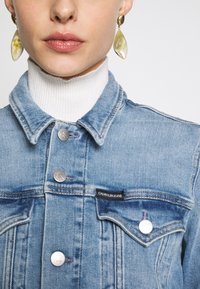 Calvin Klein Jeans - FOUNDATION TRUCKER - Veste en jean - light blue - 4