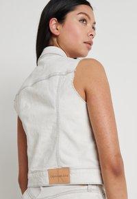Calvin Klein Jeans - ARCHIVE VEST - Smanicato - bleach grey - 5