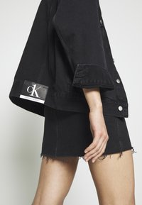 Calvin Klein Jeans - CK ONE OVERSIZED FOUNDATION - Giacca di jeans - black stone - 6