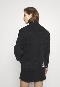 Calvin Klein Jeans - CK ONE OVERSIZED FOUNDATION - Giacca di jeans - black stone - 2