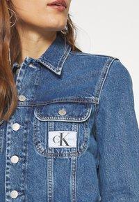 Calvin Klein Jeans - 90S CROP TRUCKER - Jeansjakke - mid blue - 5