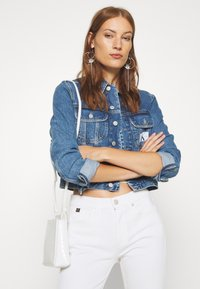 Calvin Klein Jeans - 90S CROP TRUCKER - Giacca di jeans - mid blue - 3