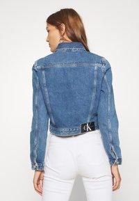 Calvin Klein Jeans - 90S CROP TRUCKER - Jeansjakke - mid blue - 2