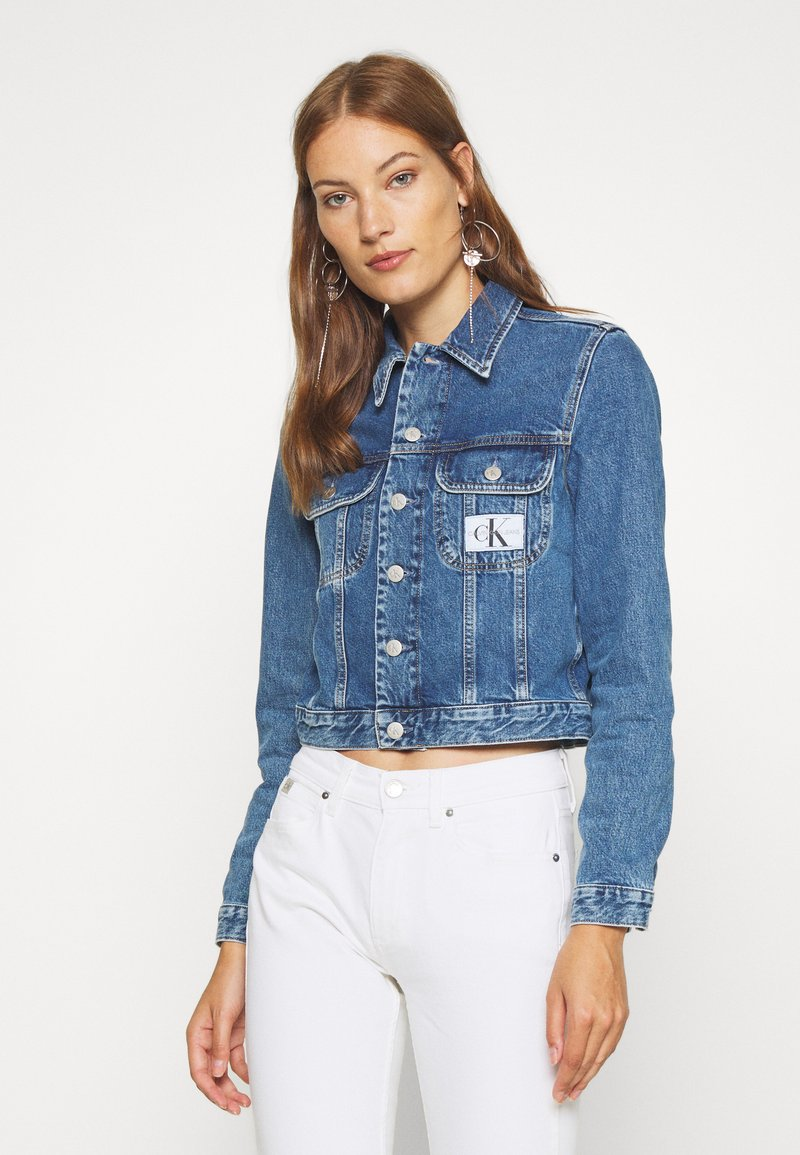 Calvin Klein Jeans - 90S CROP TRUCKER - Giacca di jeans - mid blue