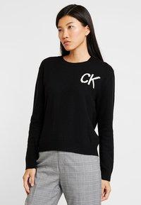 Calvin Klein Jeans - INTARSIA LOGO SWEATER - Trui - ck black/bright white - 0