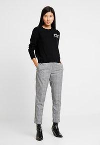 Calvin Klein Jeans - INTARSIA LOGO SWEATER - Trui - ck black/bright white - 1