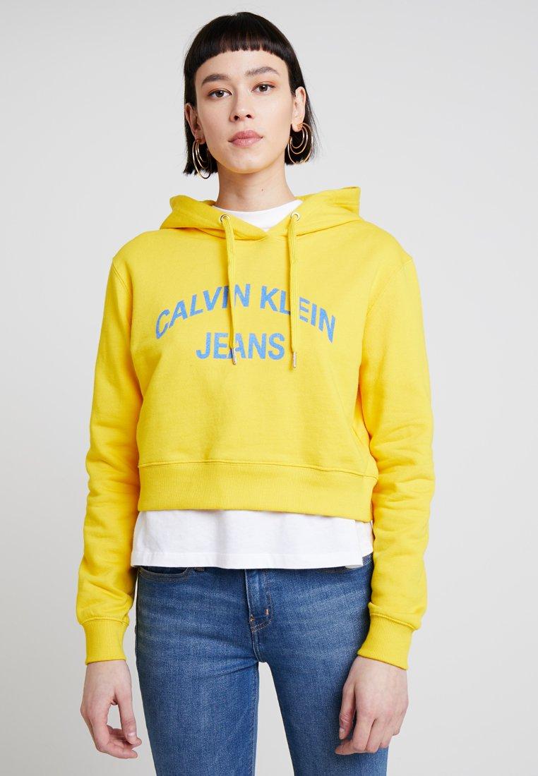 Calvin Klein Jeans - INSTIT CURVED LOGO CROP HOODIE - Hoodie - lemon