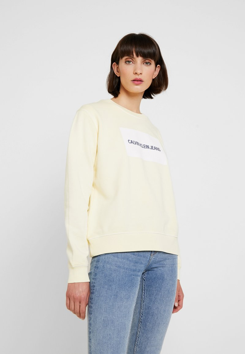 Calvin Klein Jeans - INSTITUTIONAL BOX LOGO CREW NECK - Sudadera - anise flower/bright white