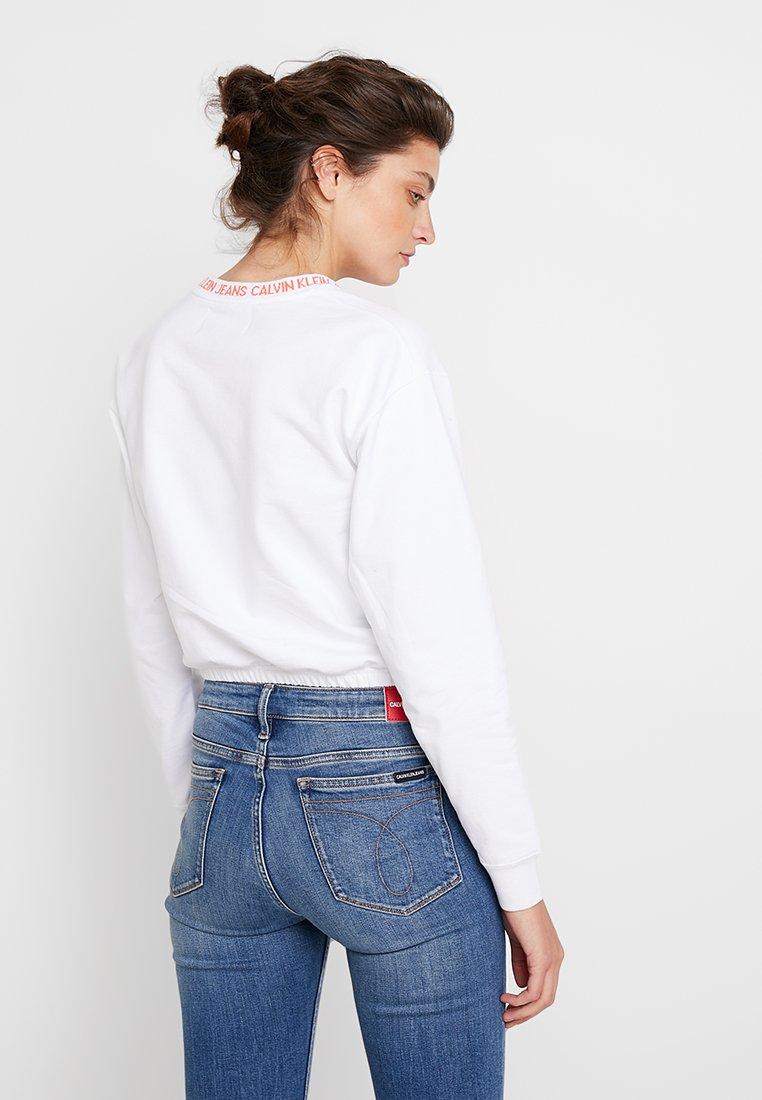Calvin Jeans NeckSweatshirt White Tape Klein Cropped Bright coral Logo Nnm0w8