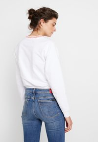 Calvin Klein Jeans - LOGO TAPE CROPPED NECK - Sudadera - bright white/coral - 2