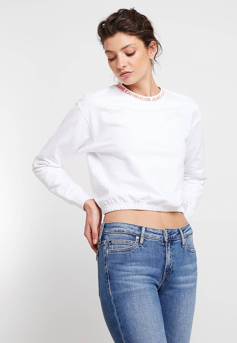 Calvin Klein Jeans - LOGO TAPE CROPPED NECK - Sudadera - bright white/coral
